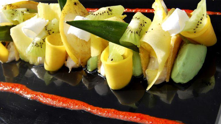 DESSERT À L'ASSIETTECroustillant coco, fruits exotiques, sorbet avocat et crémeux coco