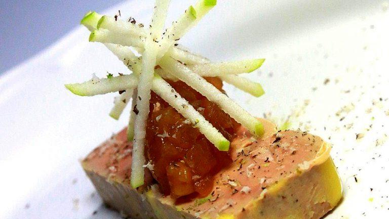 ENTRÉE À L'ASSIETTEFoie gras, pomme confite et bâtonnets de pomme Granny