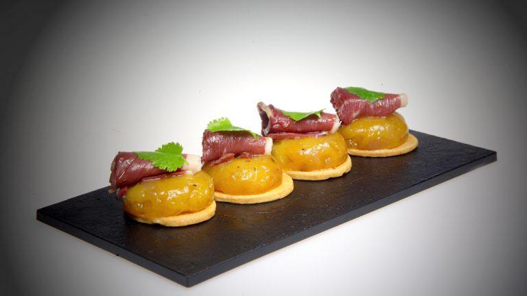 PIÈCE DE COCKTAIL SUCRÉESphère de mangue magret de canard coriandre