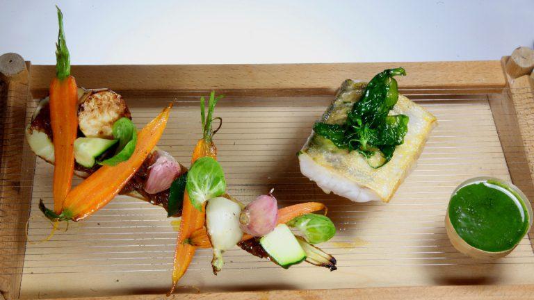 PLAT À L'ASSIETTEFilet de bar basilic, panais confit et ses légumes glacés