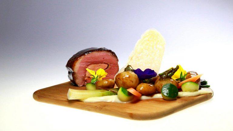PLAT À L'ASSIETTERoulade de magret de canard au cœur de foie gras, jus acidulé, mousseline à l'huile de truffe et fricassé du potager