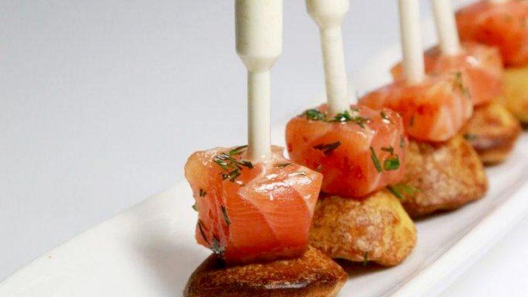 PIÈCE DE COCKTAIL SALÉEPipette de raifort, madeleine et saumon gravlax à l'aneth